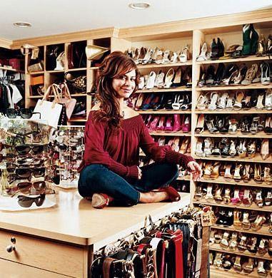 PAULA ADBUL  San Fernando'daki Akdeniz tarzında inşa edilmiş evindeki giyinme odası bir mağazayı andırıyor.